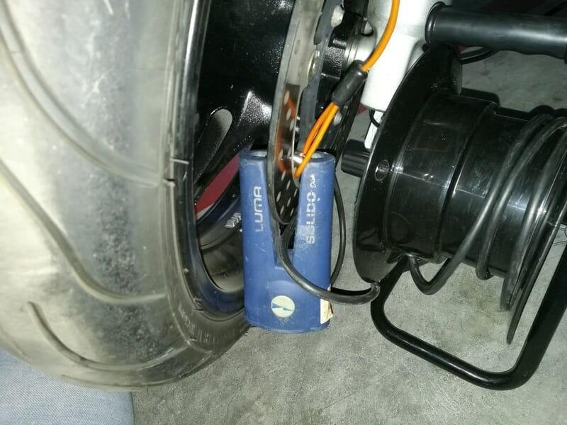 como cargar una bateria de moto en un garaje comunitario